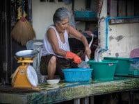 הסבתא מנקה את הדג